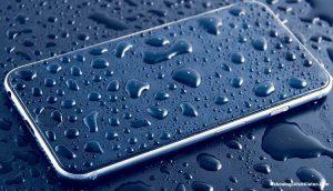 Tips Agar HP Tak Kebasahan Saat Musim Hujan